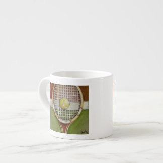 Estafa de tenis con la bola que pone en corte taza espresso