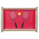 Estafas de tenis que sirven la bandeja