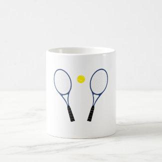 Estafas de tenis y taza azules de la bola