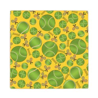 Estafas y redes amarillas de las pelotas de tenis