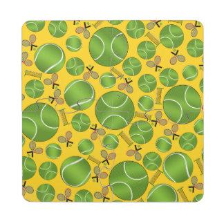 Estafas y redes amarillas de las pelotas de tenis posavasos de puzzle