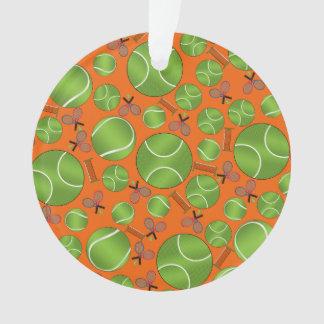 Estafas y redes anaranjadas de las pelotas de teni