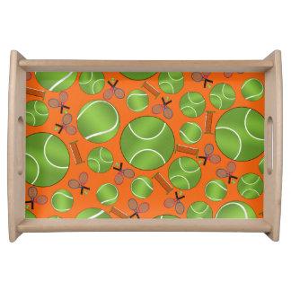 Estafas y redes anaranjadas de las pelotas de teni bandejas