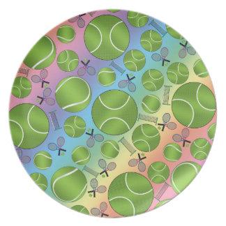 Estafas y redes de las pelotas de tenis del arco plato de cena