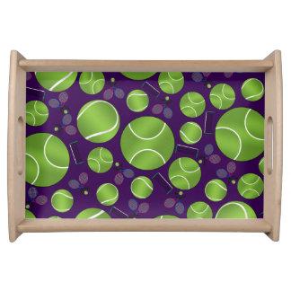 Estafas y redes púrpuras de las pelotas de tenis bandejas