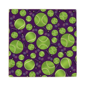 Estafas y redes púrpuras de las pelotas de tenis
