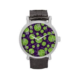 Estafas y redes púrpuras de las pelotas de tenis relojes de mano