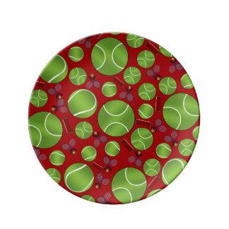 Estafas y redes rojas de las pelotas de tenis platos de cerámica