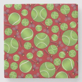 Estafas y redes rojas de las pelotas de tenis posavasos de piedra