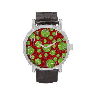 Estafas y redes rojas de las pelotas de tenis reloj