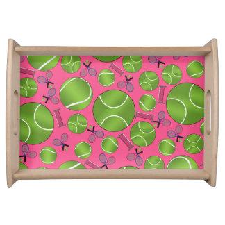 Estafas y redes rosadas de las pelotas de tenis bandeja
