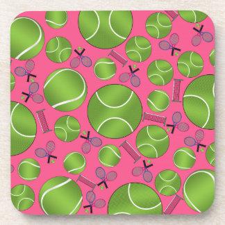 Estafas y redes rosadas de las pelotas de tenis posavaso