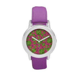 Estafas y redes rosadas de las pelotas de tenis reloj