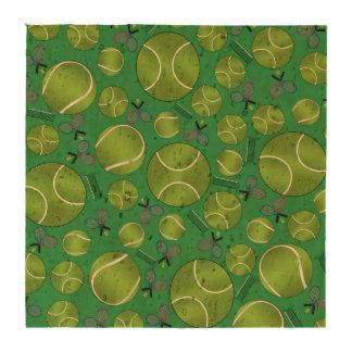 Estafas y redes verdes de las pelotas de tenis posavasos