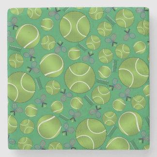 Estafas y redes verdes de las pelotas de tenis posavasos de piedra