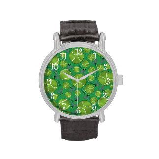 Estafas y redes verdes de las pelotas de tenis reloj de mano
