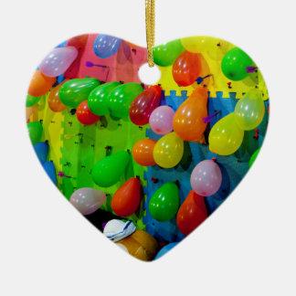 Estallido del globo adorno navideño de cerámica en forma de corazón
