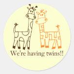 """""""Estamos teniendo gemelos!!"""" Jirafas gemelas Pegatinas Redondas"""