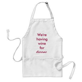 Estamos teniendo vino para la cena. delantal