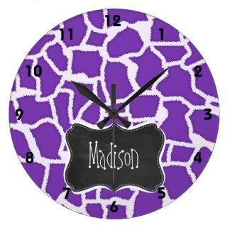 Estampado de animales púrpura de la jirafa de la u reloj redondo grande