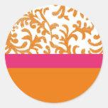 Estampado de flores anaranjado y rosado pegatina redonda