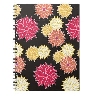 Estampado de flores colorido en negro libros de apuntes
