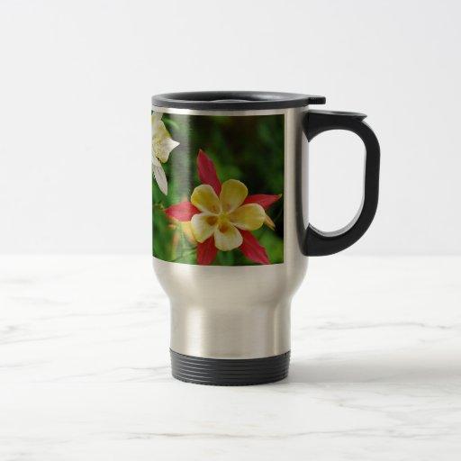Estampado de flores columbine amarillo y rojo taza térmica