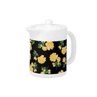 Estampado de flores de los rosas amarillos en la t