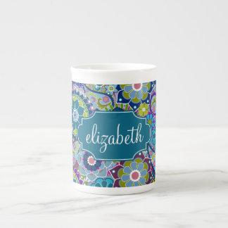 Estampado de flores enrrollado con nombre de taza de porcelana