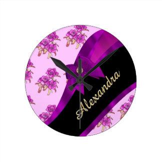 Estampado de flores púrpura de color de malva reloj redondo mediano