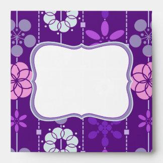 Estampado de flores púrpura oscuro retro lindo de sobre