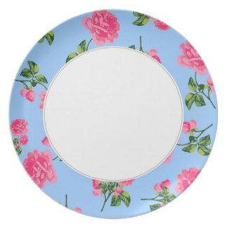 Estampado de flores rosado de los rosas en la plac plato para fiesta