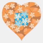 Estampado de flores tropical. Azul y naranja Calcomania De Corazon Personalizadas