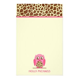Estampado de girafa y efectos de escritorio papelería