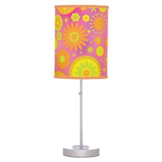 Estampado de plores amarillo-naranja y rosado del  lámpara de mesa