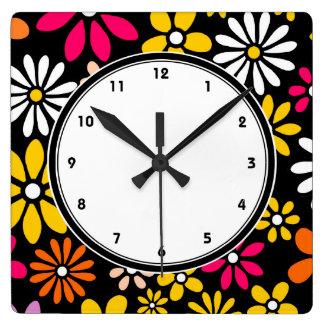 Estampado de plores amarillo y rosado blanco negro reloj cuadrado