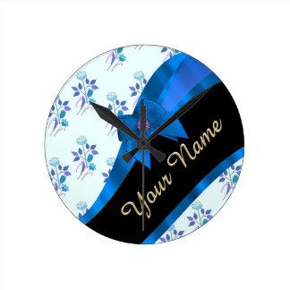 Estampado de plores floral del vintage azul bonito reloj redondo mediano