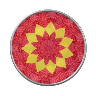 Estampado de plores geométrico rojo y amarillo con latas de caramelos
