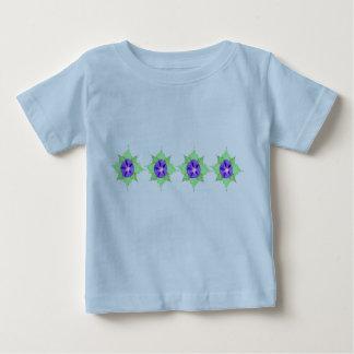 Estampado de plores púrpura en azul playera
