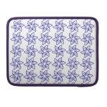 Estampado de plores rizado - azul marino en blanco fundas macbook pro