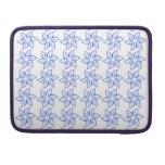 Estampado de plores rizado - azul real en blanco funda para macbook pro