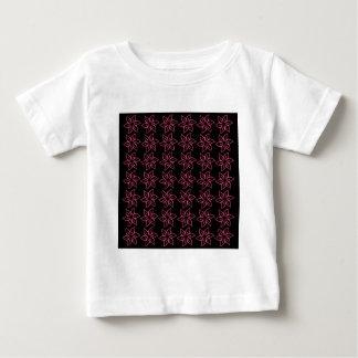 Estampado de plores rizado - rosa oscuro en negro tee shirt