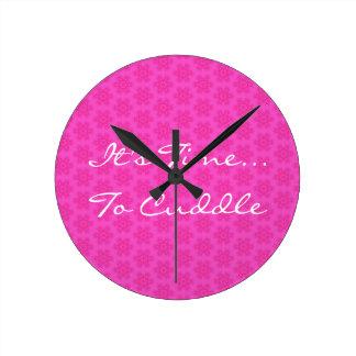 Estampado de plores rosado es hora de abrazar H101 Reloj Redondo Mediano