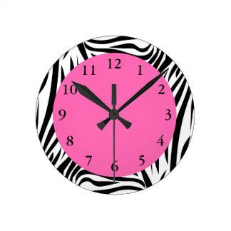 Estampado de zebra blanco y negro reloj redondo mediano