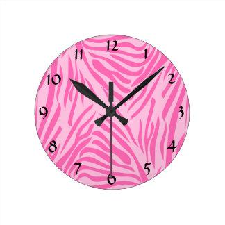 Estampado de zebra de las rosas fuertes reloj redondo mediano