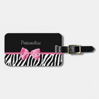 Estampado de zebra de moda y cinta rosada con nomb etiqueta de equipaje