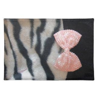 Estampado de zebra femenino bonito y arco rosado manteles individuales