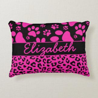 Estampado leopardo rosado y negro y patas cojín decorativo