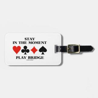 Estancia en el puente del juego del momento cuatr etiquetas para maletas