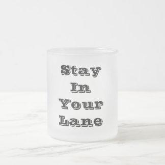 Estancia en su carril taza de cristal